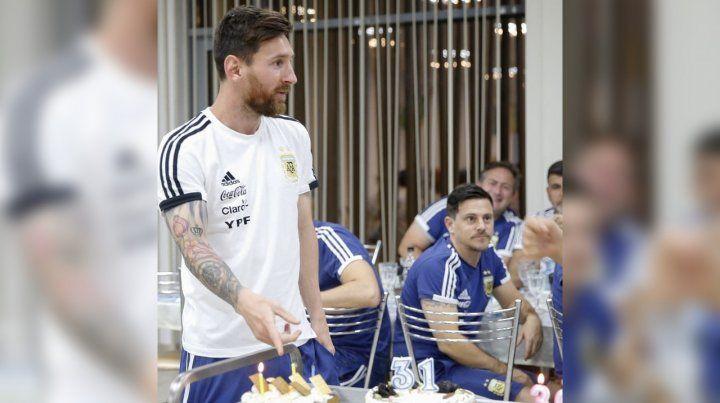 Torta, regalos y festejo popular por el cumpleaños de Messi