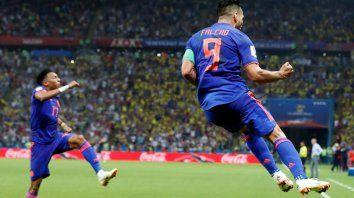 Falcao festeja su gol. Colombia quedó más cerca de seguir en carrera.