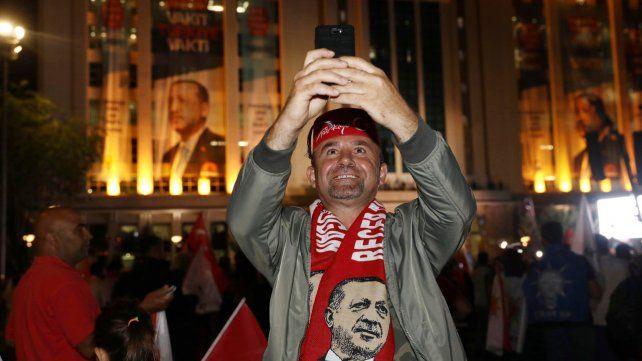 Un seguidor de Erdogan celebra frente a la sede del partido en Ankara.