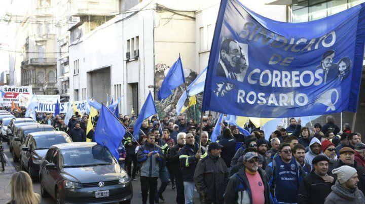 En una jornada de paro nacional, los gremios marchan por el centro de Rosario
