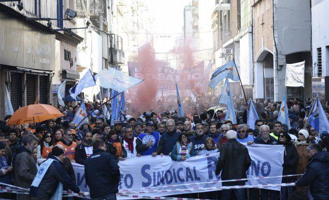 Los trabajadores rosarinos marcharon en contra de las políticas del gobierno nacional.