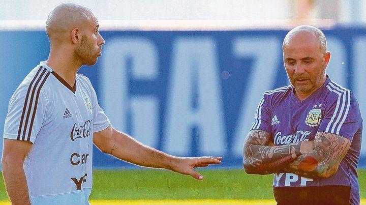 ¿Doble comando? El histórico volante Javier Mascherano dialoga con el técnico Jorge Sampaoli en lo que pareciera ser una postal del nuevo gobierno del equipo argentino
