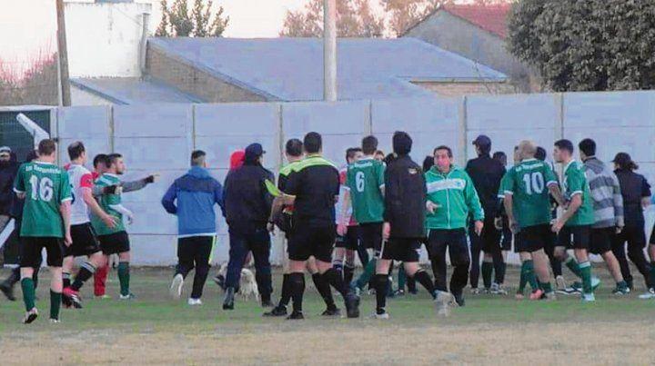 Domingo 17. Atlético San Genaro vencía a Defensores cuando el juez cobró penal a 30 segundos del final. Y se suspendió.