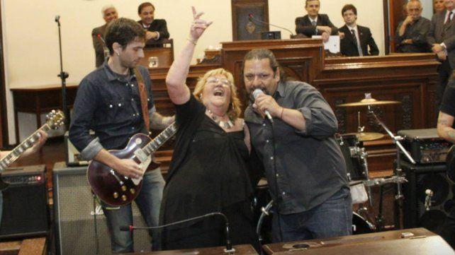 Junto a Willy González de la banda Sádicos sueltos dondeel hijo de Pily toca la batería.