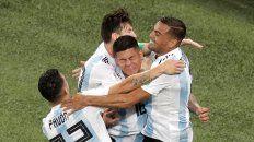 Pura emoción. Messi, Mercado y Pavón se abrazan al autor del gol salvador, Marcos Rojo.