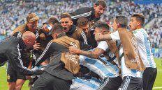 Para ganar hay que saber sufrir. Un racimo de jugadores argentinos, titulares y suplentes, festeja el golazo de Rojo que otorgó el pasaje a la siguiente fase. Tanta emoción al final resultó contagiosa.