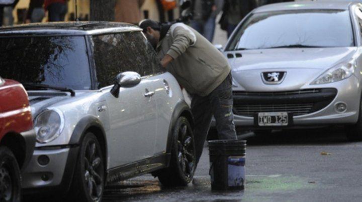 Presiones en la calle. Las denuncias se dan a raíz de los casos en los que los trapitos exigen una tarifa fija.