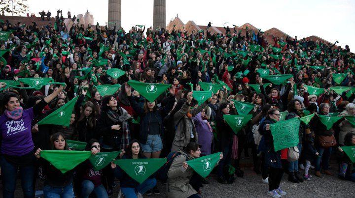 Pañuelazo en Rosario en apoyo del aborto legal, seguro y gratuito