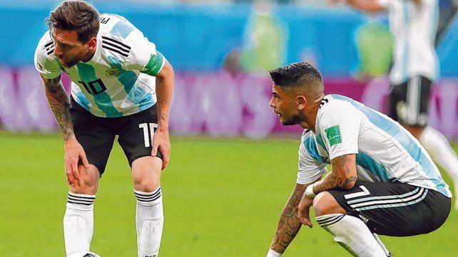 Le pego yo. Messi le avisa a Banega que se hará cargo del tiro libre que se estrelló en el poste. La sociedad funcionó.