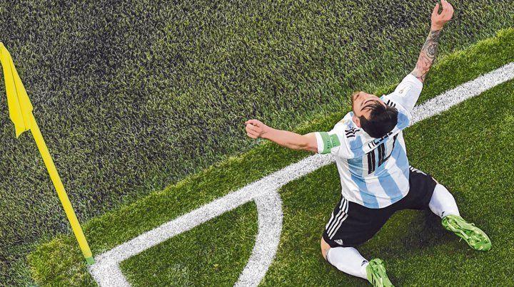 Brazos al cielo. Messi encaminó la victoria argentina con un golazo de derecha. No recuerdo tanto sufrimiento