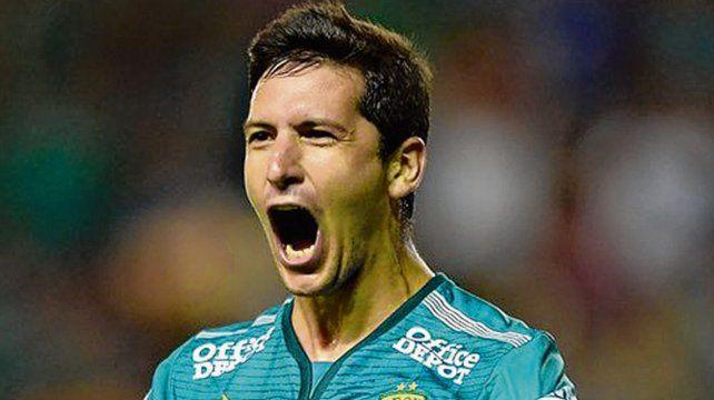 Es rojo. Burdisso recibió el llamado de Holan y aceptó jugar en Avellaneda.