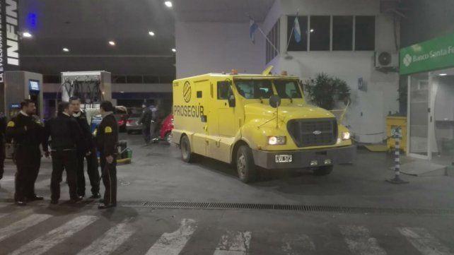 El camión en la estación de servicios de Mendoza y Felipe Moré.