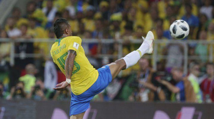 Paulinho toca la pelota por encima del arquero y pone el 1 a 0 para Brasil.