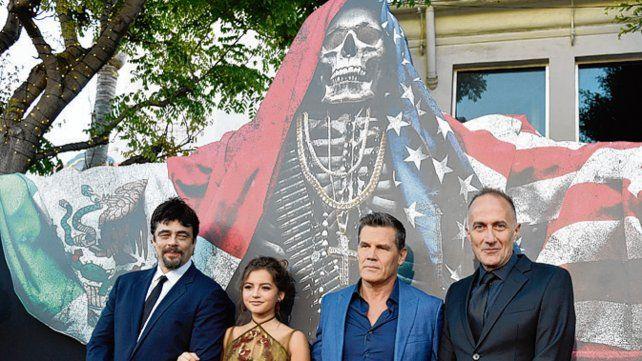 El dúo protagónico junto a la actriz Stefano Sollima y el director del filme.