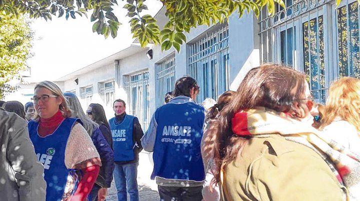 Reclamos. Docentes y gremialistas frente a la sede de la Delegación V del Ministerio de Educación de Cañada.