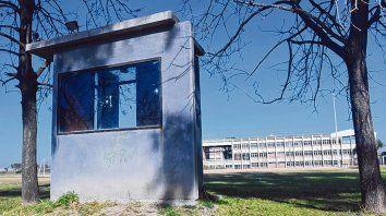 Bajo la lupa. Jésica Lloan, procesada por narcotráfico, es empleada del área que custodia los edificios de la UNR.