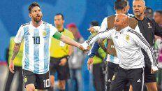 De la mano. Messi y Sampaoli se la dieron en el triunfo agónico ante Nigeria. El resultado que ambos necesitaban para que no concluyeran demasiado rápido sus caminos.
