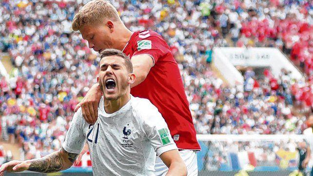 Durísimo. Cornelius le comete una dura falta a Hernández en el partido que jugaron Dinamarca y Francia el pasado martes.