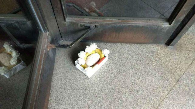 La caja con las bananas y los restos de flores que apareció en una de las puerta del Palacio de Justicia.