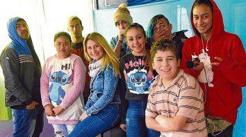 Lulita, junto a los integrantes del taller de rap que funciona en el Centro de Convivencia Barrial de Las Flores Este.