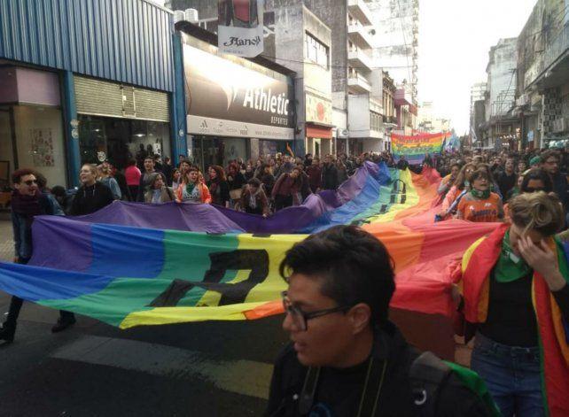 Cientos de manifestantes marcharon por las calles de Rosario en el Día del Orgullo LGBTI