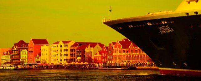 El Monarch ingresa en el puerto con las imágenes de la colorida Curazao de fondo.