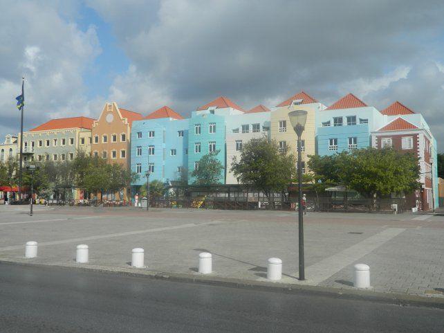 En Curazao sobresalen las construcciones coloridas y uniformes.