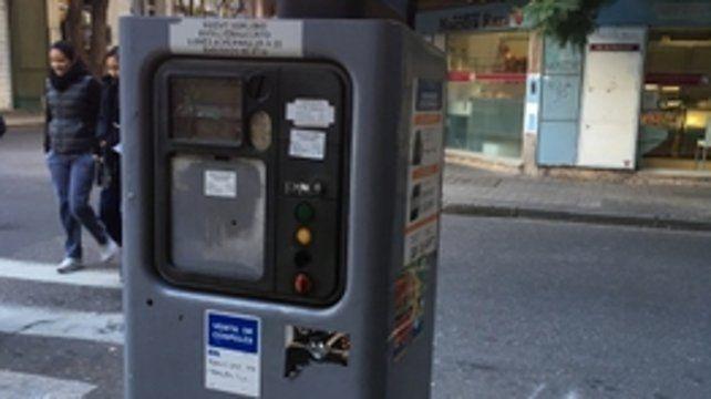 Falencias. Un parquímetro en mal estado dificulta el poder pagar el servicio. En algunas calles no se ve correctamente el box de estacionamiento.
