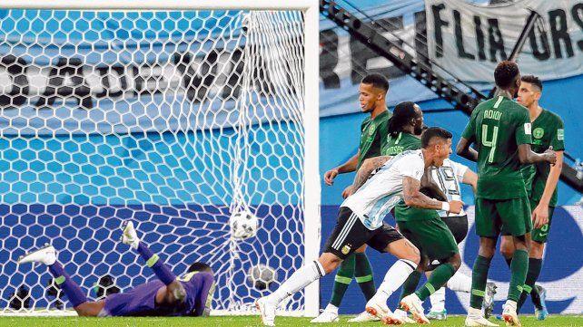 Salvador. El derechazo de Marcos Rojo ya sacudió la red y se hizo grito triunfal de toda Argentina. El gol del 2 a 1 sobre Nigeria a los 86 fue el pasaporte a los octavos de final.