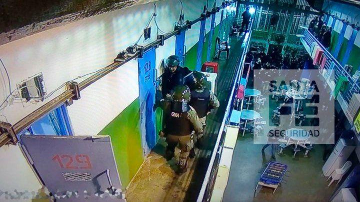 Efectivos de Gendarmería requisan esta mañana calabozos en Piñero.