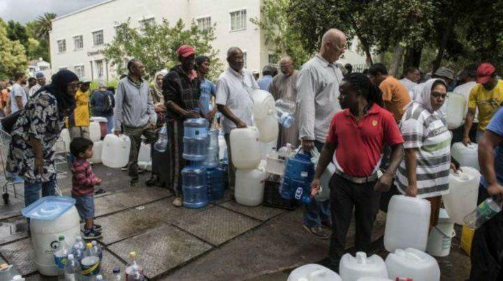 Racionamiento. Los habitantes de Ciudad del Cabo esperan para recibir agua potable en un suburbio.