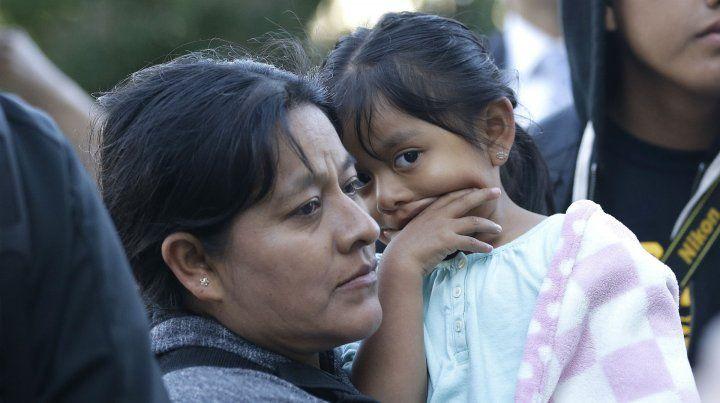 Una mexicana y su hija aguardan en la frontera un permiso para ingresar a EEUU como refugiadas.