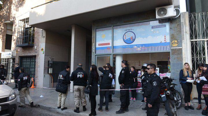 Escena criminal. Los peritos del a PDI en el edificio de Zeballos 2133.