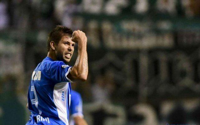 Leandro Grimi celebra con la camiseta de Racing. El defensor acordó con Newells y vestirá la rojinegra.