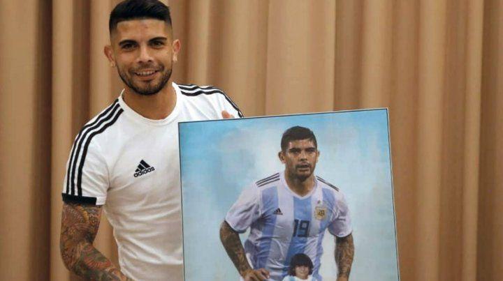 Regalo de la AFA. Banega celebró sus 30 años y los directivos le regalaron este mural. Hoy volverá a jugar cerca de Messi en el choque de octavos de final.