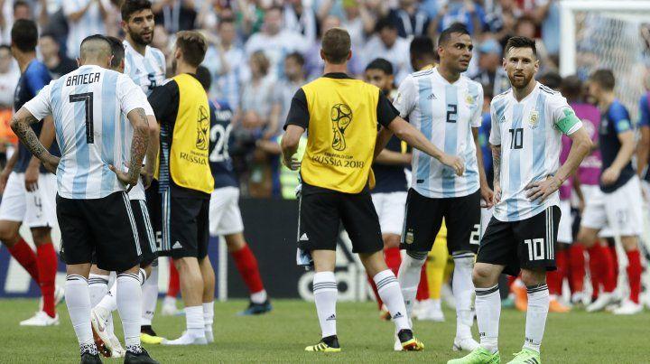 Los jugadores argentinos evidencian su enorme frustración en el final del partido con Francia.
