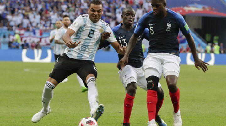 Gabriel Mercado lucha por la posesión del balón. El defensor convirtió el segundo gol argentino.