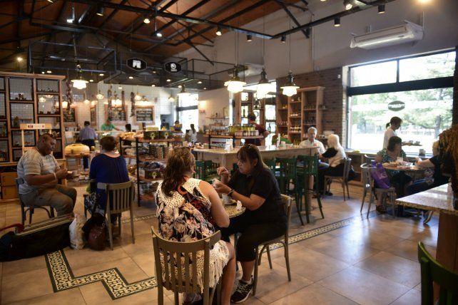 En el Mercado del Patio hay comercios de los más diversos rubros y también espacios gastronómicos.