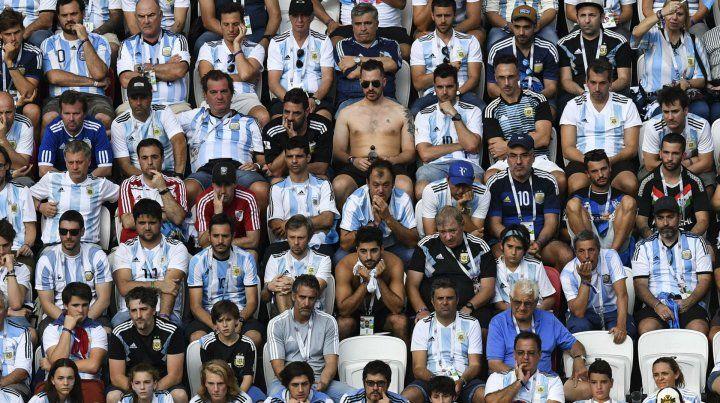 La postal de los hinchas argentinos en las plateas del estadio de Kazán es la fiel imagen de lo que vivió ayer todo el pueblo futbolero con la eliminación.