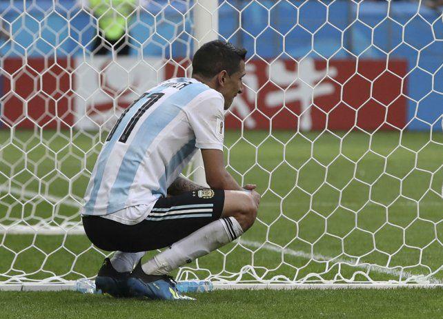 Perdido en un arco.Angel Di María muestra su desconsuelo después de la derrota y la eliminación. Antes había marcado un golazo.