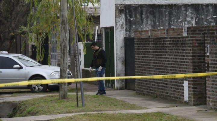 ¿Blanco errado? Los tiros dieron en el paredón de ladrillos. Lotito vivió en la finca de rejas que está al lado.