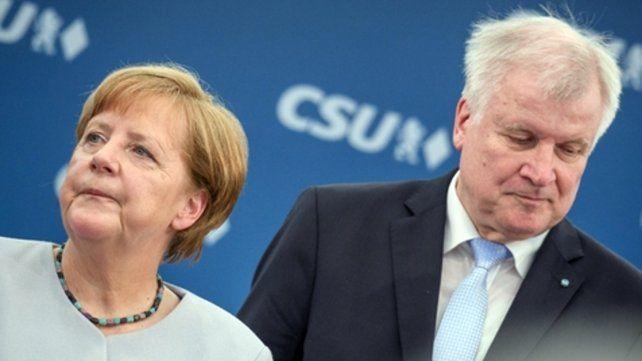 Todo mal. Merkel y su ministro de Interior y ex gobernador de Baviera