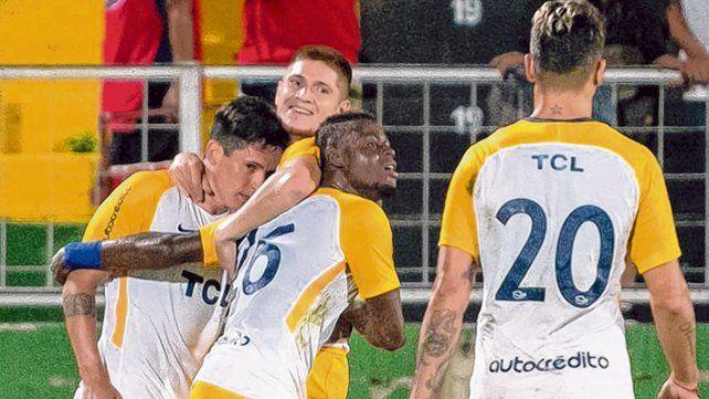 Todos con el chileno. Parot acaba de marcar uno de los tantos canallas ante Alajuelense y recibe los abrazos de sus compañeros.