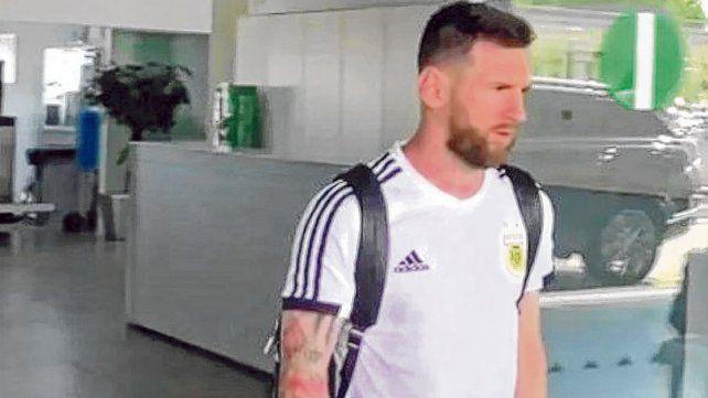 Increíblemente solo. Messi llegó al aeropuerto El Prat
