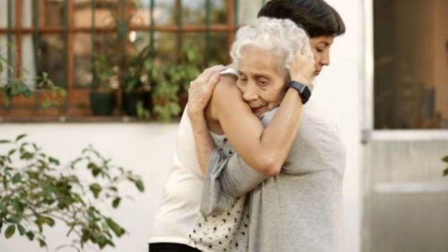 El abrazo postergado de una nieta, la nueva campaña de Abuelas