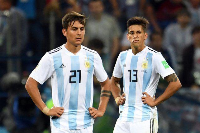 Dybala (izquierda) y Meza hablan a través de sus rostros tras la dura derrota ante Croacia.