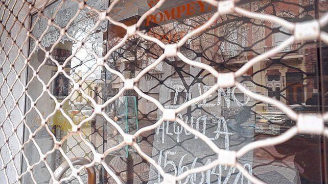 Persianas bajas. La tradicional panadería Pompeya de España al 1.700 ahora ofrece el local en alquiler..