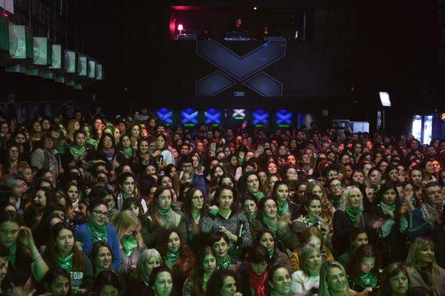 El teatro Vorterix se llenó de chicas para escuchar los argumentos en pos de la despenalización del aborto.