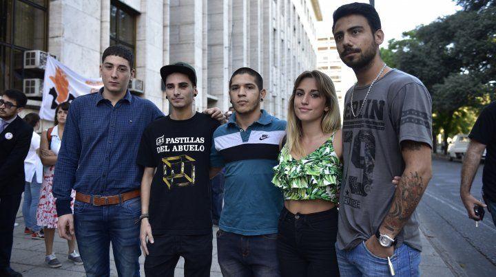 Parte del grupo de jóvenes que fueron agredidos por policías en la zona de las Cuatro Plazas y en la seccional 14.