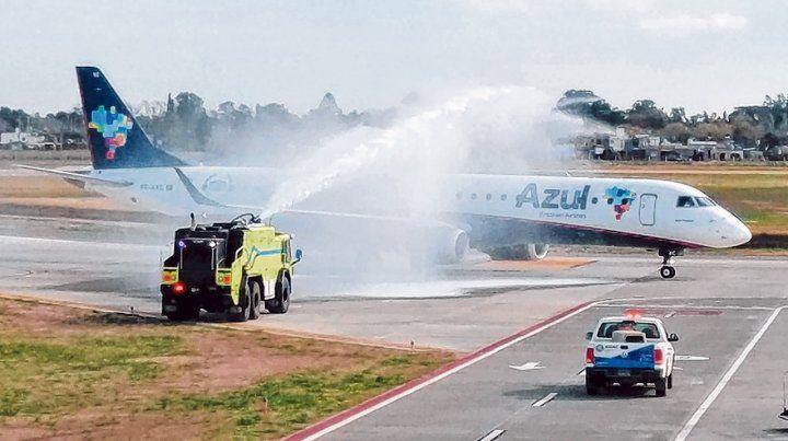 Bautismo. El avión que inició la nueva conexión fue recibido con chorros de agua en Rosario.